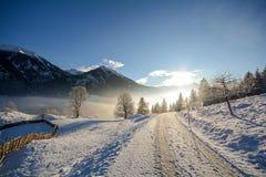 Vista ad un paesaggio di inverno con catena montuosa della valle vicino a cattivo Gastein, alpi di Gasteinertal di Pongau Fotografia Stock