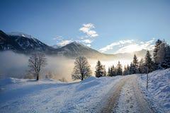 Vista ad un paesaggio di inverno con catena montuosa della valle vicino a cattivo Gastein, alpi di Pongau - Salisburgo Austria di Fotografia Stock