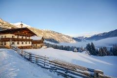Vista ad un paesaggio di inverno con la vecchie fattoria e catena montuosa, valle vicino a cattivo Gastein, alpi di Gasteinertal  Fotografia Stock