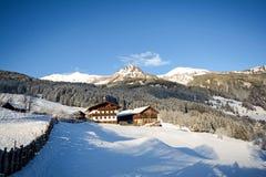 Vista ad un paesaggio di inverno con la vecchie fattoria e catena montuosa, valle vicino a cattivo Gastein, alpi di Gasteinertal  Fotografia Stock Libera da Diritti