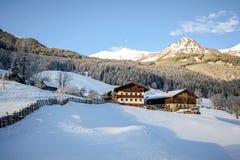 Vista ad un paesaggio di inverno con la vecchie fattoria e catena montuosa, valle vicino a cattivo Gastein, alpi di Pongau - Sali Fotografia Stock