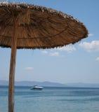 Vista ad una barca dalla spiaggia Fotografia Stock