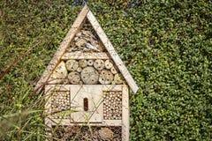 Vista ad una casa dell'insetto nel giardino Fotografia Stock Libera da Diritti