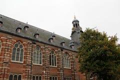Vista ad una facciata del mattone con il campanile a Leida l'Olanda Meridionale Paesi Bassi fotografie stock