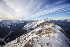 Vista ad una valle profonda di inverno dalla cima della cresta dell'alta montagna, parco nazionale di Banff, Canada Fotografia Stock