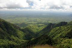 Vista ad una valle qui sotto fotografia stock libera da diritti