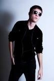 Vista adolescente masculina fresco nos óculos de sol imagem de stock