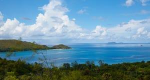 Vista adorabile della baia dalla collina dell'isola Fotografia Stock