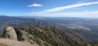 Vista adorabile della valle e delle montagne di Montserrat Fotografia Stock