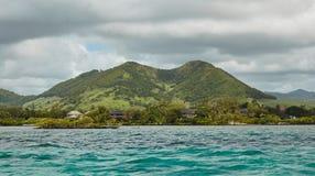 Vista adorabile delle montagne e delle colline dall'oceano Immagini Stock Libere da Diritti