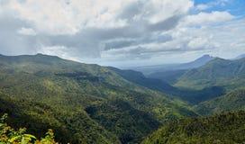 Vista adorabile delle montagne e delle colline qui sopra Immagini Stock