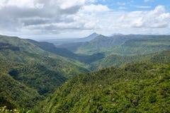 Vista adorabile delle montagne e delle colline qui sopra Immagine Stock