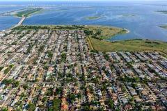 Vista aerea ad alba di alloggio suburbano sull'estremità di Long Island Fotografia Stock Libera da Diritti