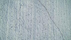 Vista aerea ad un campo innevato con i punti del piede e la viandante due stock footage