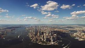 Vista aerea affascinante dell'elicottero sull'orizzonte del centro moderno di paesaggio urbano di architettura di New York archivi video