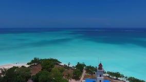 Vista aerea affascinante di panorama sull'acqua senza fine dell'oceano del blu di turchese di orizzonte sull'orizzonte soleggiato video d archivio