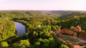 Vista aerea al castello di Turaida ed al fiume Gauja, Lettonia archivi video