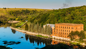 Vista aerea al castello rovinato antico, stante sul fiume, riflessione nel wate Fotografie Stock