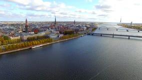 Vista aerea al Daugava della città e del fiume di Riga video d archivio