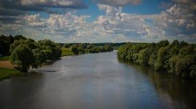 Vista aerea al fiume di Osyotr, tributario del fiume di Oka vicino a Zarajsk, regione di Mosca, Russia, immagini stock