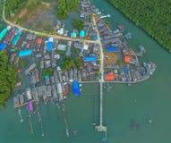 vista aerea al vecchio paesino di pescatori durante l'alta marea Immagine Stock