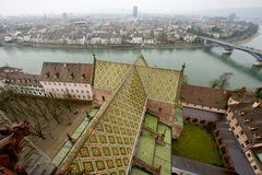 Vista aerea alla città di Basilea dalla torre di Munster un giorno piovoso a Basilea, Svizzera Fotografie Stock