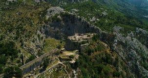 Vista aerea alla parete storica della fortezza di St John nella città di Cattaro sulla baia di Cattaro nel Montenegro stock footage
