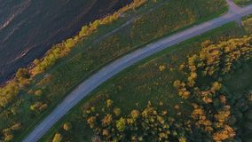 Vista aerea alla scogliera, al mare ed alla guida di veicoli sulla strada video d archivio