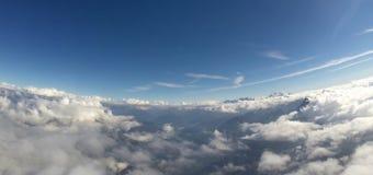 Vista aerea - alpi, nuvole e cielo blu Fotografia Stock