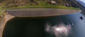 Vista aerea astratta della parete della diga di una diga dal lato dell'acqua, panorama cilindrico composito dalle diverse viste fotografia stock