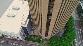 Vista aerea che guarda dall'alto in basso una costruzione di banca alta nel centro di Boise stock footage