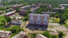 Vista aerea che spara nuovo multipiano della casa costruito recentemente stock footage