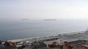 Vista aerea cinematografica dell'antenna della gente delle automobili delle case della porta e dell'oceano di Lisbona archivi video