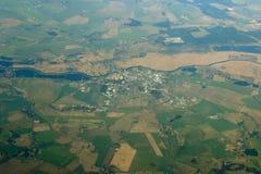 Vista aerea - città, campi e fiume fotografie stock libere da diritti