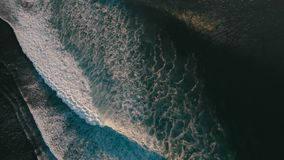 Vista aerea con le grandi onde di oceano Praticare il surfing ed onde stock footage