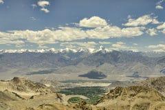 Vista aerea da nevicare catena montuosa e valle verde Fotografia Stock