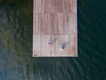 Vista aerea da sopra di due ragazze che cantano al vecchio pilastro surrealism fotografia stock
