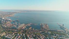 Vista aerea da un fuco della città di Odessa e del porto marittimo contro un cielo blu un giorno soleggiato archivi video