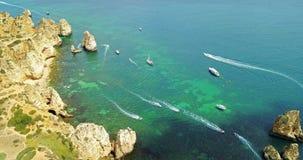 Vista aerea dal fuco di volo degli yacht turistici su chiara acqua blu a Lagos fotografia stock