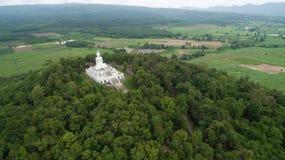 Vista aerea dal fuco Grande statua di Buddha sulla montagna Fotografia Stock Libera da Diritti