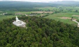 Vista aerea dal fuco Grande statua di Buddha sulla montagna Fotografia Stock