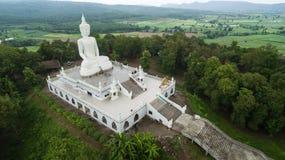 Vista aerea dal fuco Grande statua di Buddha sulla montagna Immagini Stock