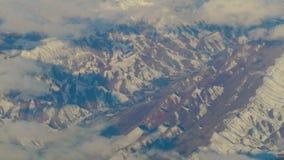 Vista aerea dall'aeroplano sopra le montagne dell'Iran archivi video