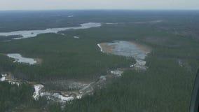 Vista aerea dall'elicottero di volo Macchina fotografica dentro Paesaggio della foresta verde, fiume congelato altezza video d archivio
