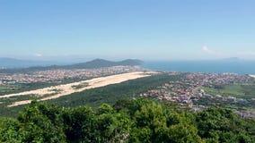 Vista aerea dalla cima di Morro das Aranhas La Praia fa Santinho, Floripa, Brasile archivi video