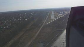 Vista aerea dalla mosca dell'elicottero giù alla linea d'imbarco altezza Autostrada, automobili Giorno pieno di sole stock footage