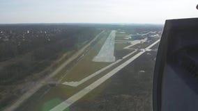 Vista aerea dalla mosca dell'elicottero giù alla linea d'imbarco altezza campagna Giorno pieno di sole Erba verde video d archivio