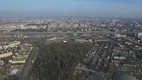 Vista aerea dalla mosca dell'elicottero sopra i megapolis altezza Nuovi grattacieli, parco verde, strade sunny archivi video