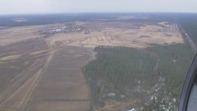 Vista aerea dalla mosca dell'elicottero sopra la foresta verde, campagna, campo altezza Giorno pieno di sole video d archivio