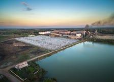 vista aerea dallo zuccherificio del fuco con il trattamento delle acque reflue Fotografie Stock Libere da Diritti